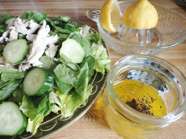 Korenistá citrónová zálievka na šalát